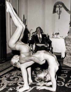 Dos contorsionistas actúan para Dalí en 1970. | J. Postius / Archivo de Barcelona