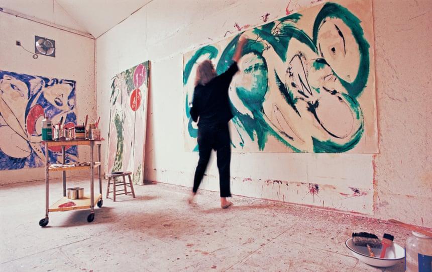 Lee Krasner, quien murió en 1984, en el trabajo en su estudio en los años 60, pintando Retrato en verde. Fotografía: Mark Patiky