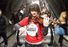 Olivia Shotton toca el violín en el metro de Londres.Lewis Whyld /PA Images/Getty Images