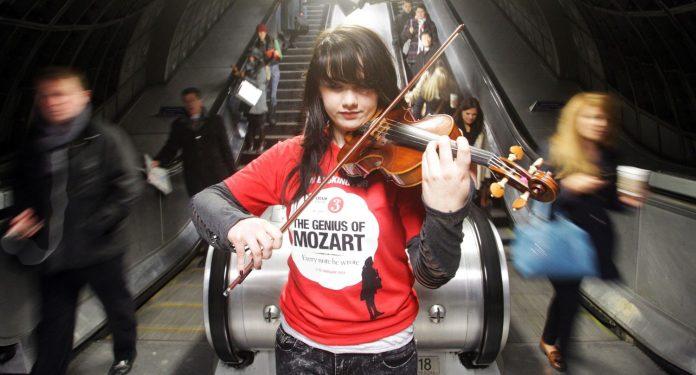 Olivia Shotton toca el violín en el metro de Londres.Lewis Whyld /PA Images/Getty Images