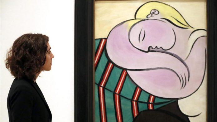 Megan Fontanella, comisaria de la exposición, ante el cuadro de Picasso 'La mujer del pelo amarillo', en el Guggenheim de Bilbao / EFE / LUIS TEJIDO